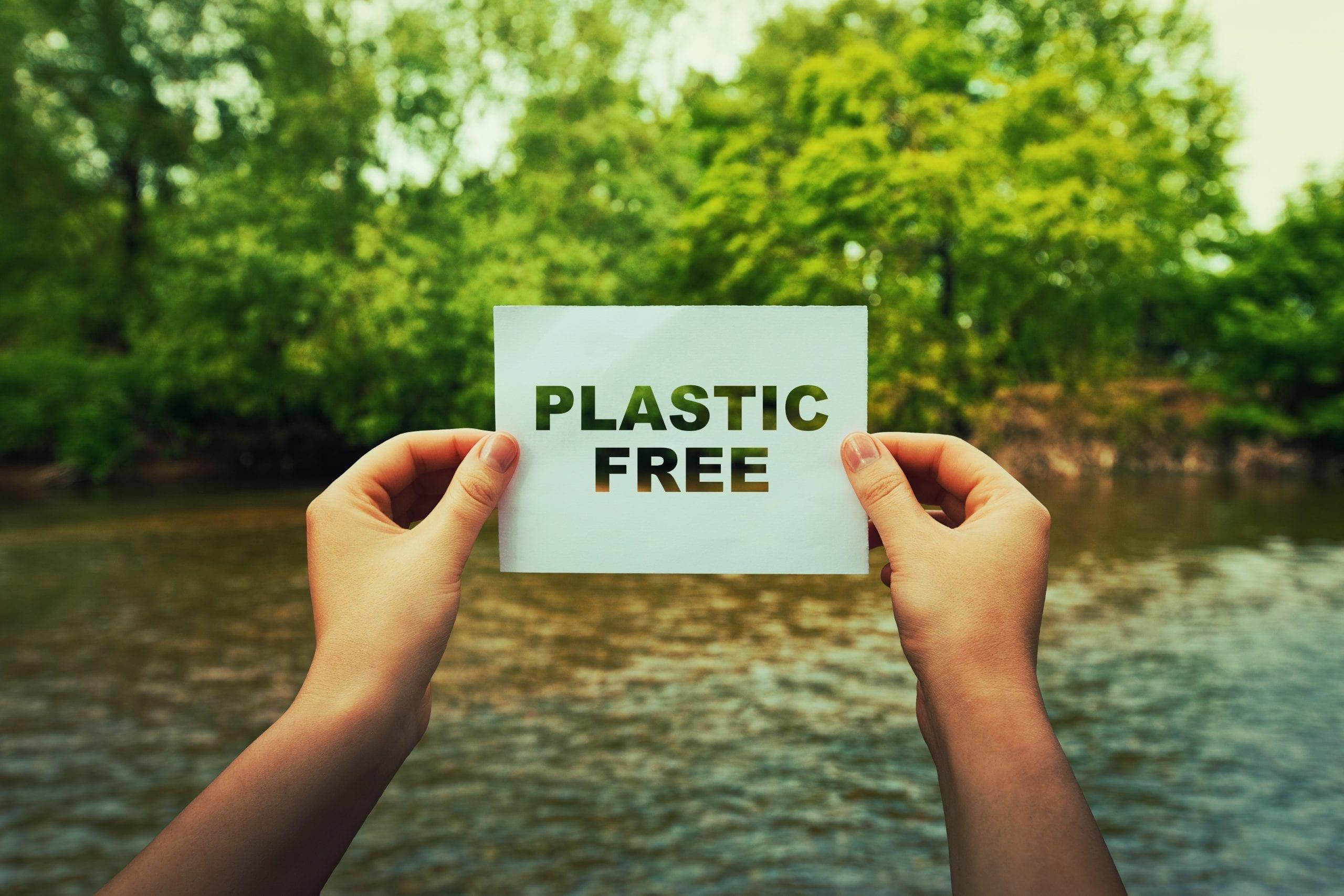 Renunciar a los plásticos de un solo uso filtrando agua cuando camping